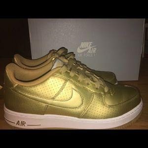 Low Nike AF1 Gold LV8